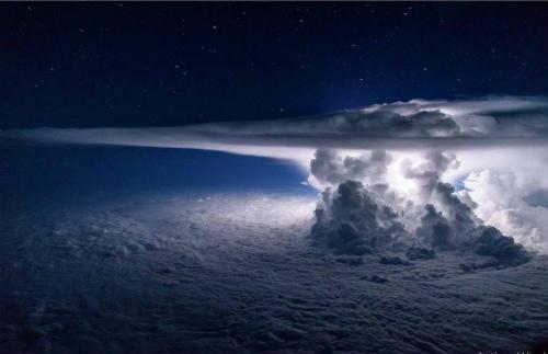 CmcdDVAXgAAF太平洋の上空を飛ぶ