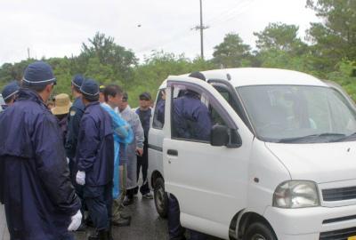 Crp0xxAVMAAD5高江、徐行運転の女性を拘束