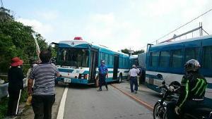 Cr9IKPdUEAAMz機動隊が車両で県道封鎖