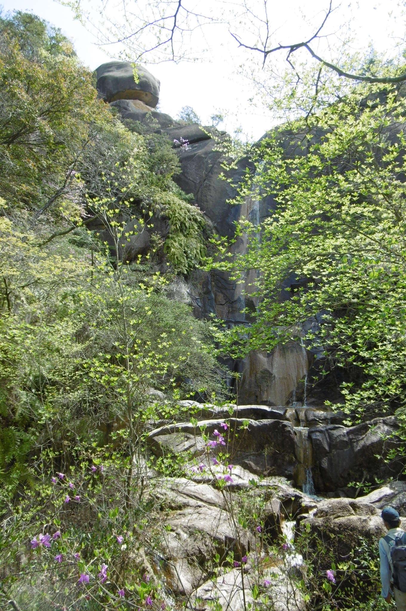 花崗岩の岩間から水を落とす落ケ滝