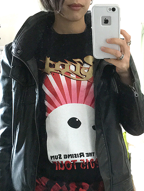 RIOTジョニー君Tシャツを着てる小関文
