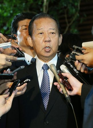 安倍晋三首相との会談後、報道各社の質問に答える自民党の二階俊博総務会長=1日午前、首相官邸