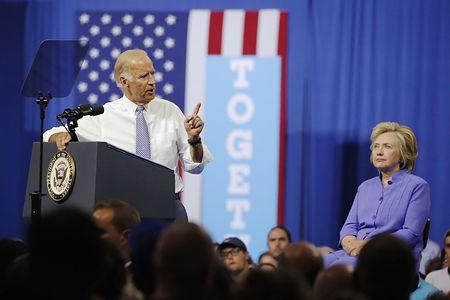 15日、米ペンシルベニア州スクラントンで大統領選の民主党候補ヒラリー・クリントン前国務長官(右)の応援演説を行うバイデン副大統領(AFP=時事)