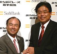 ソフトバンクの孫氏(左)と岩手県知事の増田氏(右)。地方競馬の全国展開実現をめざす