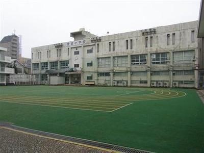 旧都立市ケ谷商業高校の跡地。現在は改築中の区立小学校の仮校舎として利用されている=東京都新宿区矢来町(稲場咲姫撮影)