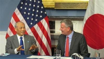 米ニューヨーク市で12日、デブラシオ市長(右)と会談する舛添要一東京都知事(黒沢潤撮影)