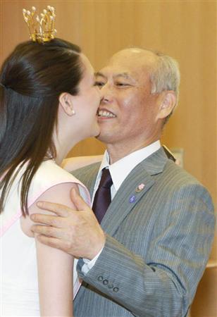 舛添知事、窮地のはずだけど…釈明会見前に全米さくらの女王にハグしてでれでれ東京都の舛添要一知事は20日午前、表敬に訪れた全米さくらの女王のレイチェル・ボーンさん(21)レイチェルさんとはあいさつの際に