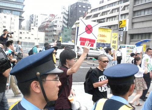20160619日本大使館前売春婦像撤去要求デモ in 帝都日の丸に【×】バツを付け、「日の丸・君が代 どちらも殺せ」