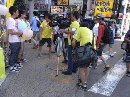 ▼こちらは日テレ24時間テレビのスタッフが点字ブロックを踏みつけながら撮影している様子。まさしく番組の実態を表した象徴的な写真と言えよう。