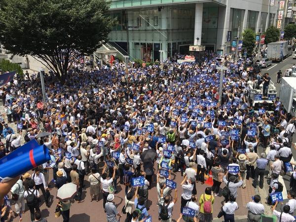 新宿駅東南口、鳥越俊太郎・都知事候補の第一声。すごい熱気です。都民の声が届く都政へ。全力で応援します。