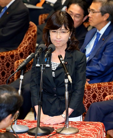 稲田防衛相が涙 首相が助け舟 (2016年9月30日掲載) - ライブドアニュース