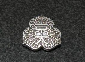 ③襟元の徽章が京大のもの(丸型)と違う