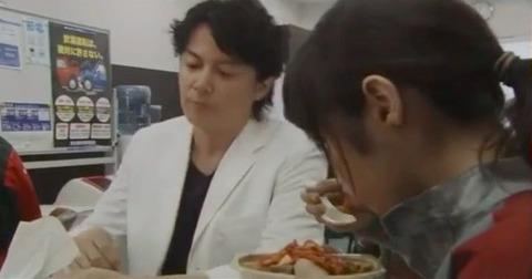 フジテレビの看板枠【月9】ドラマ「ラヴソング」ヒロイン役の藤原さくらが、会社の食堂で牛丼弁当か焼肉弁当にキムチをぶっかけるシーン