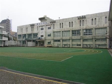 東京都が、韓国政府に貸し出す方針を固めた新宿区の旧都立市ケ谷商業高校跡地=3月撮影