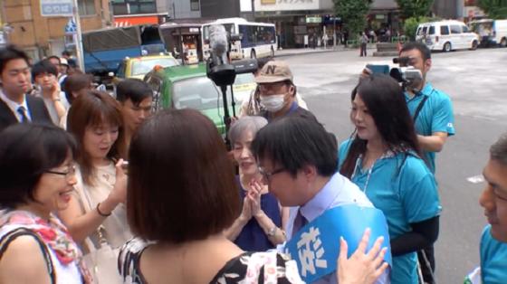 【都知事選】桜井誠候補、演説後に老若男女から握手攻めに遭う ←人気ありすぎてワロタ(動画あり)