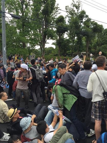 許可されたデモに対し、道路へ座り込んで妨害して言論弾圧する民進党有田議員車道に集団で座り込んだり寝そべったりしたデモ妨害者(道路交通法違反の現行犯)たちの中には、民進党の有田芳生もいた!