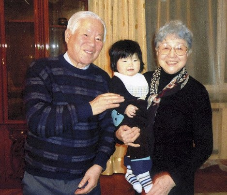 キム・ウンギョンさんの娘を抱く横田早紀江さんと滋さん=2014年3月、ウランバートル