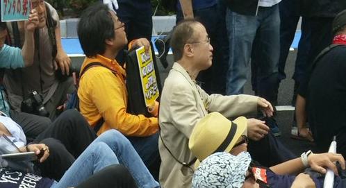 川崎発!日本浄化デモ第三弾!【画像】川崎デモ 民進・有田議員(64)が道路に座り込み抗議してる姿が目撃されるwwwwwwwww