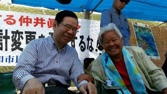 座りこみで頑張っている島袋文子さん(85歳、辺野古在住)と懇談。「地獄のような沖縄戦を生き抜いた。安倍首相は戦争の本当の怖さをしらない。日本を二度と戦争をする国