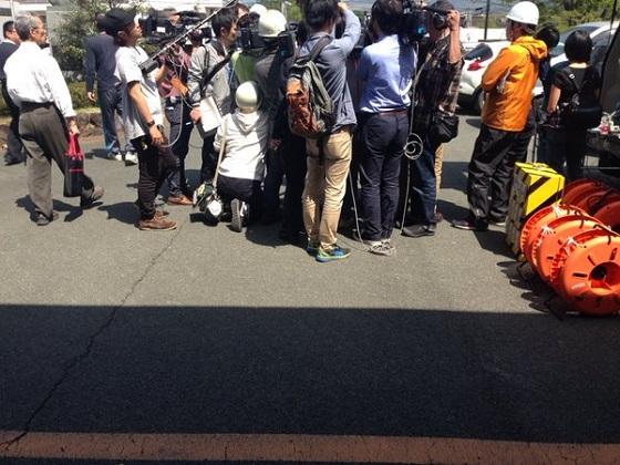 ロータリーに群がる報道陣とか本当に邪魔で邪魔で仕方が無いんですよ。ただでさえ運搬でてんやわんやしてるのに搬入スペースをこの人達で半分無くしてるんですよ