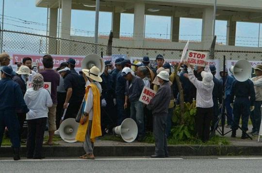 沖縄辺野古で、不法占拠のテントを撤去し合法的な抗議活動をするよう訴えたが、我々の演説を活動家達は暴力を振るい妨害。私は小突かれ腕をひっかかれ、スタッフは頬を叩かれたり、プラカードの尖った部分で顔面を突
