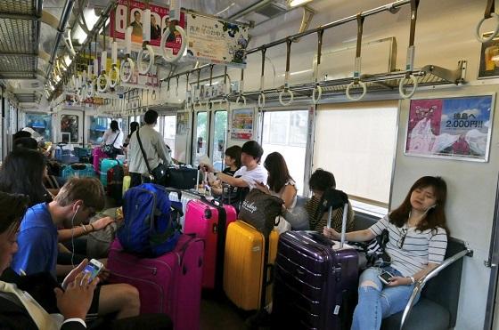 南海本線、関西空港行きの空港急行が酷い。タイリクジンのスーツケースで車内いっぱい。コイツらから手荷物料金取るようにして、ラピートに誘導するようにしろよ南海。 地元利用者「これを迷惑と言ってはいけないの