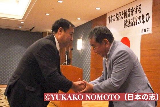 鈴木信行候補と、西村眞悟候補の握手です