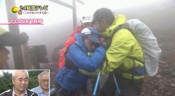 24時間テレビの闇 下半身不随の男の子、家族で富士山登山頑張る ↓ もう無理限界崩れ落ちる ↓ 親父キレる ↓ 帽子スッパーーーッン親父に弾き飛ばされる ↓