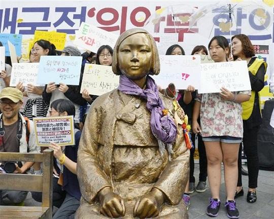 慰安婦問題を象徴する日本大使館前の少女像=21日、ソウル(共同)独フライブルク市への慰安婦像設置断念 韓国水原市が発表 日本側が「圧力」と批判