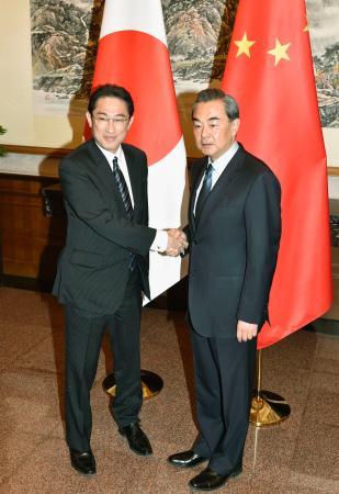 岸田文雄外相は30日、中国の王毅外相との会談で、日中両国間の人的交流を一層拡大させるため、日本を訪れる中国人に発給するビザ(査証)の緩和措置を決定したと伝えた。王氏はこれを歓迎した
