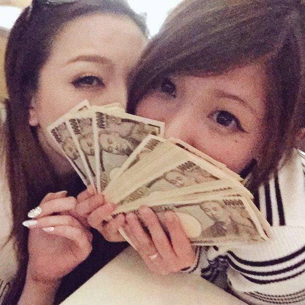 杉山麗(うらら)の姉(杉山なつみ)は、キャバクラ嬢として荒稼ぎしており、ツイッターで大量の紙幣を見せびらかしていた。