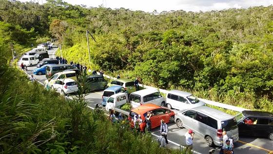 沖縄県の高江で反日左翼テロ集団がレンタカーなどのクルマでの道路封鎖!救急車も地元住民も通行できなくなっている