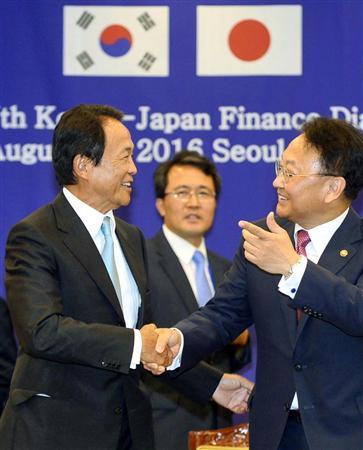 韓国、日本に通貨スワップ「5兆円」懇願か IMF危機並みに経済指標悪化 8月に通貨スワップの議論再開で合意した麻生太郎財務相(左)と韓国の柳一鎬(ユ・イルホ)経済副首相。韓国側の期待は高まるが…(共同
