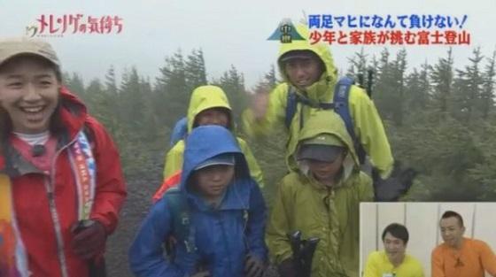 ▼この日の富士山の気温は9度で雨も降っており、最悪のコンディション。それでもテレビなのでやらないといけない。2人の表情は明らかにこわばっている。