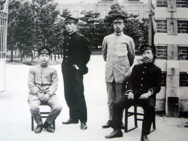 正門前の学生たち