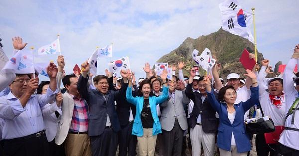 2016年8月15日にヘリで竹島に上陸し、領有権を主張した韓国国会の超党派議員団Photo:AP Aflo