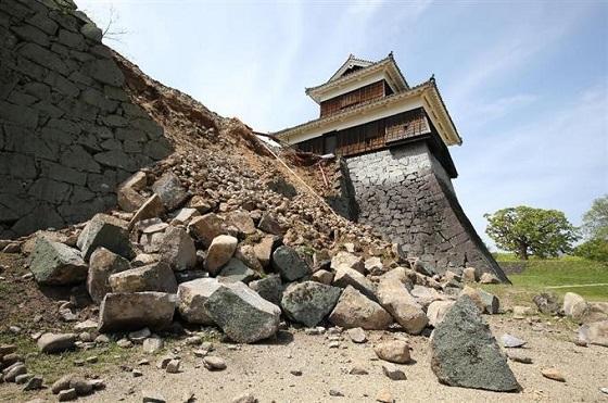 熊本地震の影響で崩れた熊本城の石垣=15日午前10時