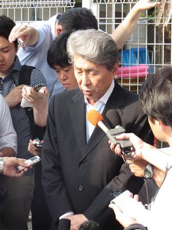 保育施設を視察して報道陣の取材に応える鳥越俊太郎氏。この後、スキャンダル報道について問われると、表情を硬くして無言で車へ乗り込んだ=20日、東京都世田谷区(丸山汎撮影)