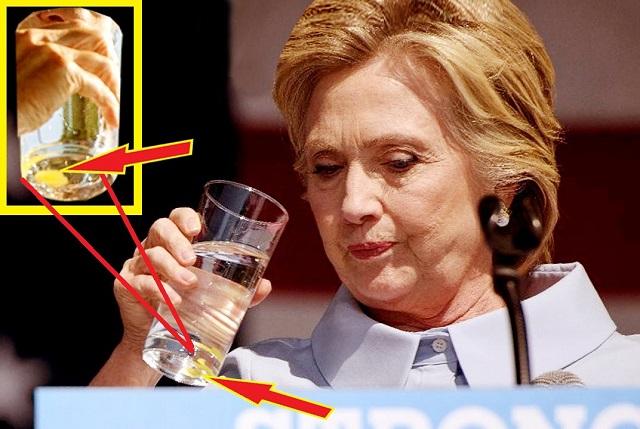 ヒラリー・クリントンが口から緑色の物を吐き出す!