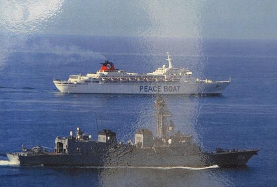 ソマリア沖でピースボートの船を護衛する海上自衛隊の艦艇