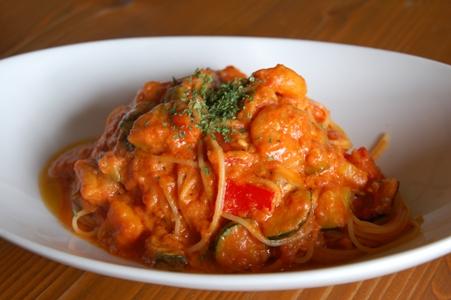 エビと彩り野菜のトマトクリームパスタ