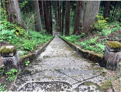 松峰神社階段上より