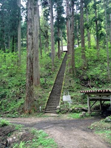 松峰神社階段斜めより