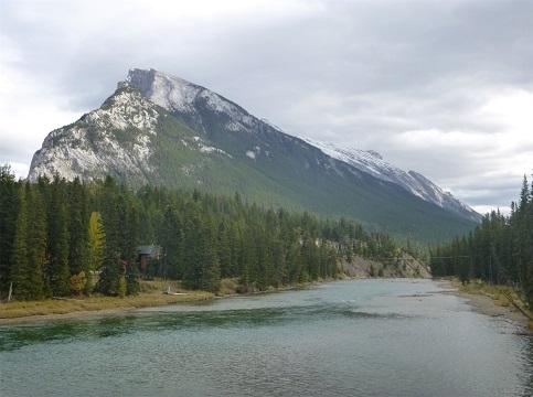 ボウ川と山