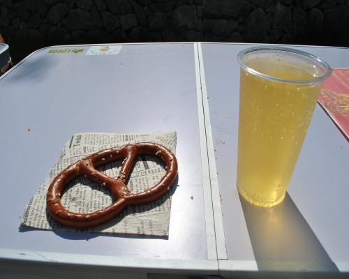 ドイツのパンとリンゴジュースの炭酸割り