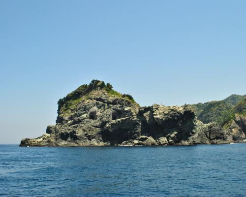 灯台の先の岩