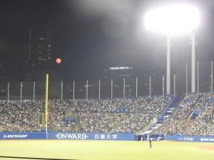 真っ赤な月が照らす夜。