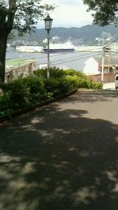 坂道と海と船