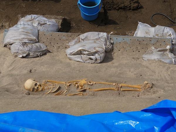 「長谷小路周辺遺跡の石棺墓と土墳墓」