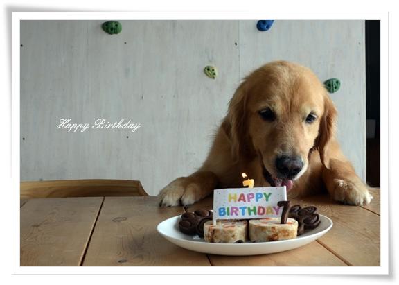 DSC_7697誕生日ケーキ前で嬉しそう